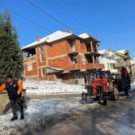 Чистење на снежните наноси од тротоарите долж градските улици (15.02.2021)